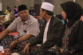 Prof. Dr. Kyai Haji Abd. Halim Soebahar, MA and his wife