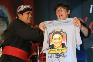 KPS Nusantara menyerahkan Kaos bergambar Guru O'ong Maryono