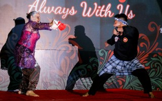 Ibu Rucina Ballinger Menari Bali dan Pak Fathurahman, Elang Putih Bondowoso