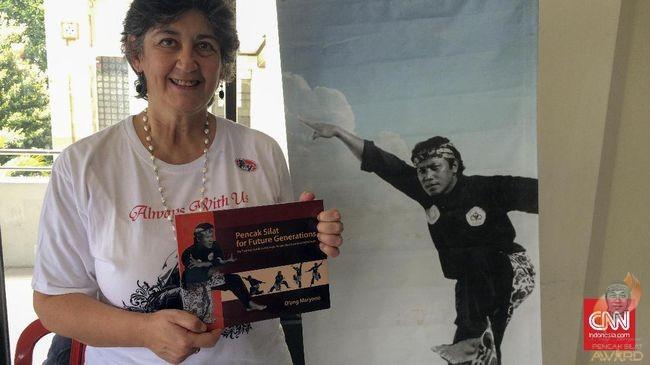 Rosalia Sciortino memamerkan buku karya suaminya, O'ong Maryono berjudul Pencak Silat fot Future Generations. (CNN Indonesia/Arby Rahmat Putratama)
