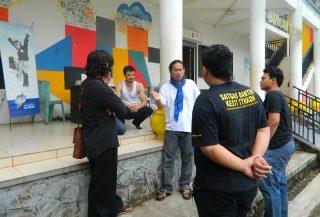 Gola Gong Pendiri Rumah Dunia Meninjau Persiapan Diskusi