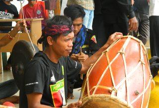 Pemusik Tradisional bersiap mengiringi atraksi silat sebagai pembukaan diskusi