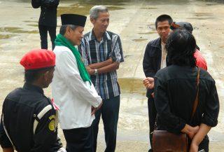 H. Embay, Tokoh Silat Banten Menemui Warga di Sekitar Galeri Rumah Dunia