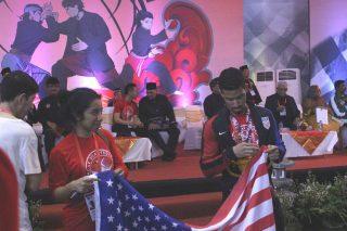 Kontingen Dari Amerika Membentangkan Bendera