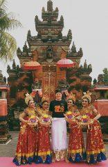 Andre, Peserta Dari Jerman Berfoto Dengan Penari Bali