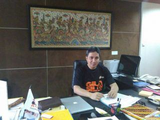 "A director wearing ""Gila Silat"" t-shirt"